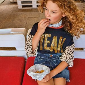 Liujo Kids Leopard Print knitwear.Knitted sweater, perfect for everyday style. In the navy blue, the sequins and their shine stand out. The sleeves, slightly tufted on the shoulders, contrast with their brown color and animal print.
