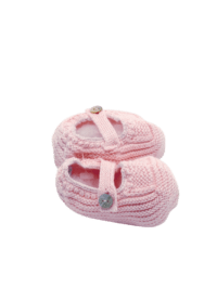 Foque Baby Cotton Shoes. Cotton shoes with a mother-of-pearl button. Allow to maintain the temperature of your baby's feet. Newborns have difficulty keeping their extremities warm.