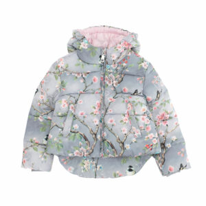 Monnalisa Kids Jacket Peach Blossom. Warm padded jacket with floral branches and bird pattern, that look painted. The inner lining, in soft pink, has an elastic band around the waist, so that the jacket is more comfortable, especially on cold days. If your daughter prefers to wear it with the zipper open, she can close the lining, allowing her to keep the jacket's comfort.